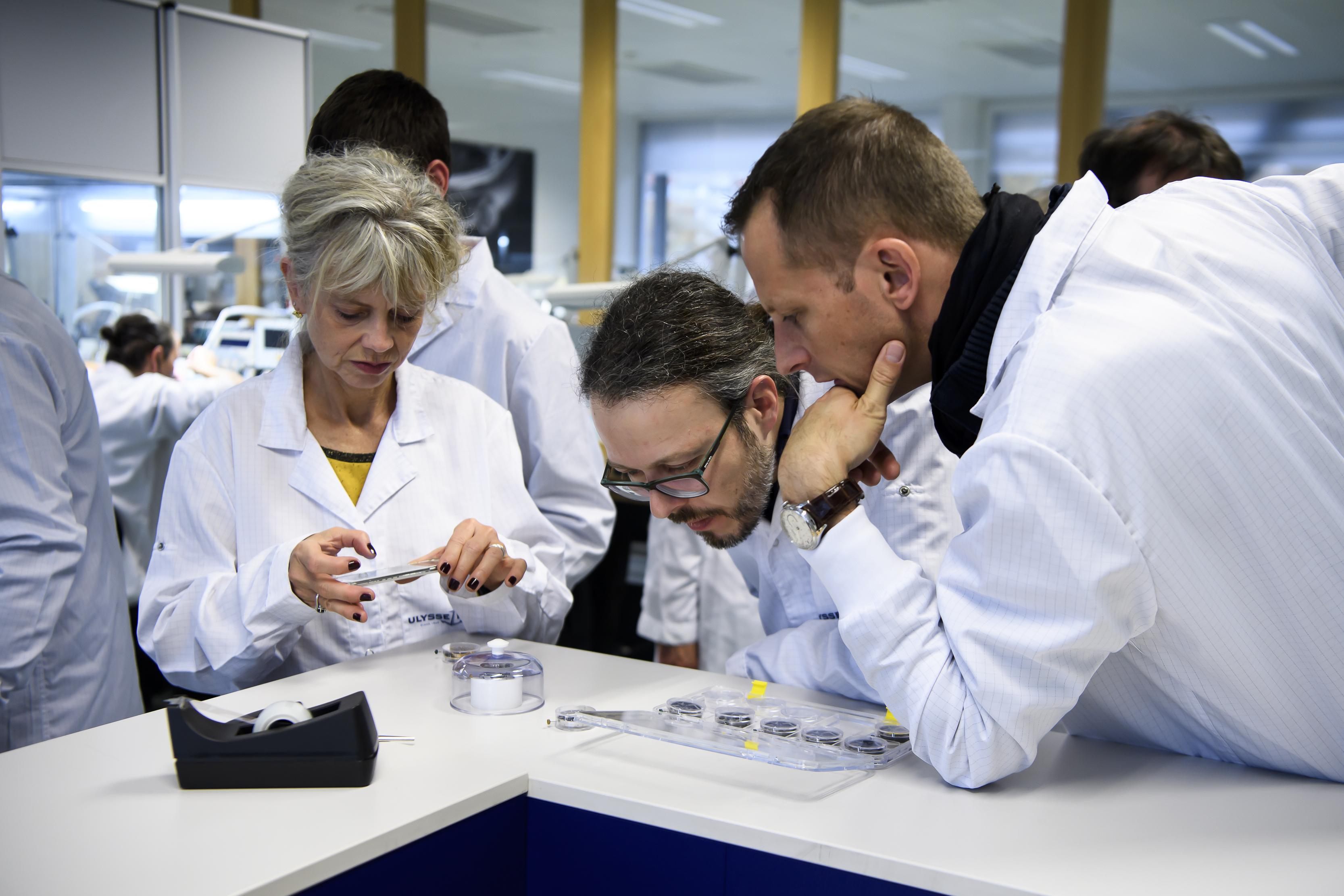 Des personnes regardent des pièces de montre lors d'une visite publique durant la 9e Biennale du patrimoine horloger, dans la manufacture Ulysse Nardin, à La Chaux-de-Fonds, le 1 novembre 2019.