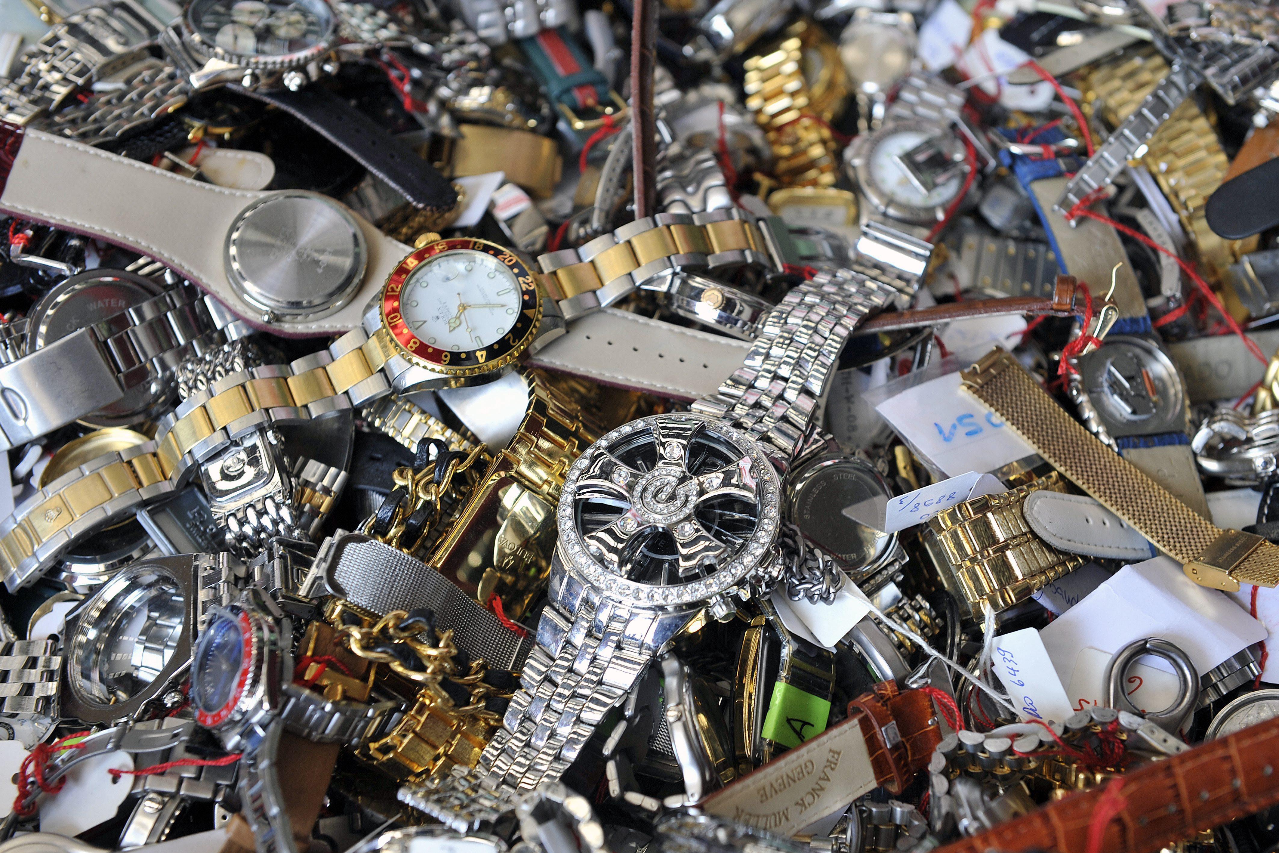 Plusieurs milliers de contrefaçons de montres suisses ont été détruites en juillet 2008, par l'entreprise MHT Recycling SA de Cressier, dans le canton de Fribourg.