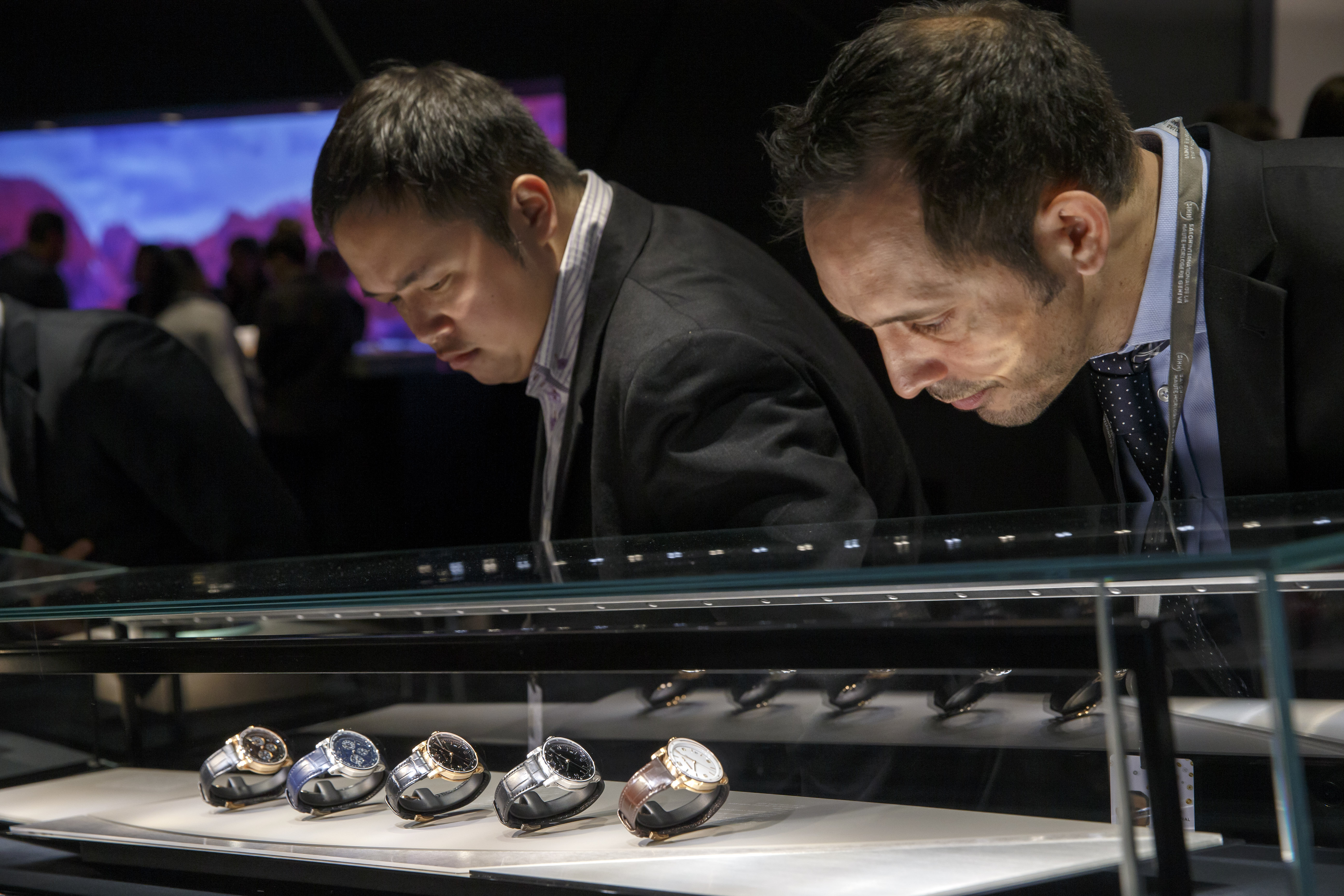 Des visiteurs regardent les montres sur le stand Audemars Piguet lors du Salon international de la haute horlogerie, à Genève, le lundi 14 janvier 2019.