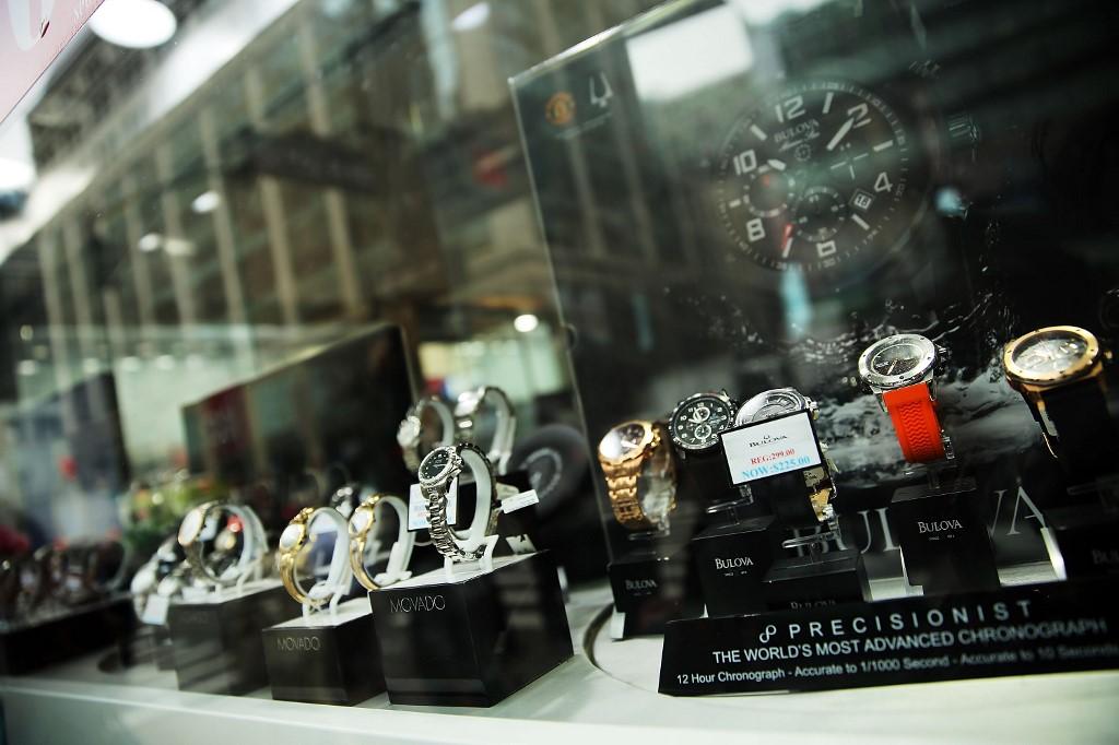 Différentes marques de montres dans un magasin new-yorkais, en juin 2015.