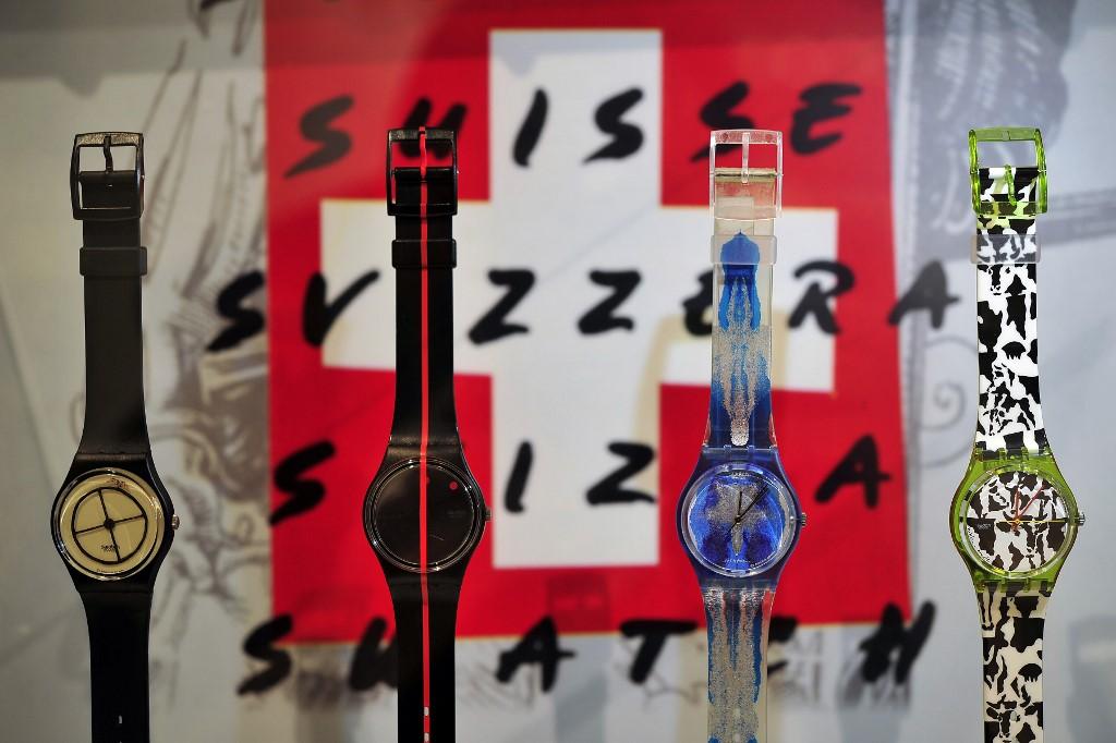 Les modèles historiques des montres de la marque Swatch sont exposés sur le stand Swatch Group de la foire horlogère Baselworld, le 17 mars 2010 à Bâle.