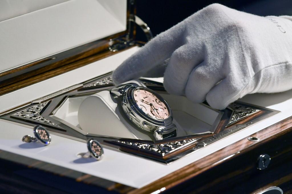 La montre-bracelet Patek Philippe Grandmaster Chime est présentée lors d'une vente aux enchères caritative Only Watch pour la recherche sur la dystrophie musculaire de Duchenne, à Genève, le 9 novembre 2019.