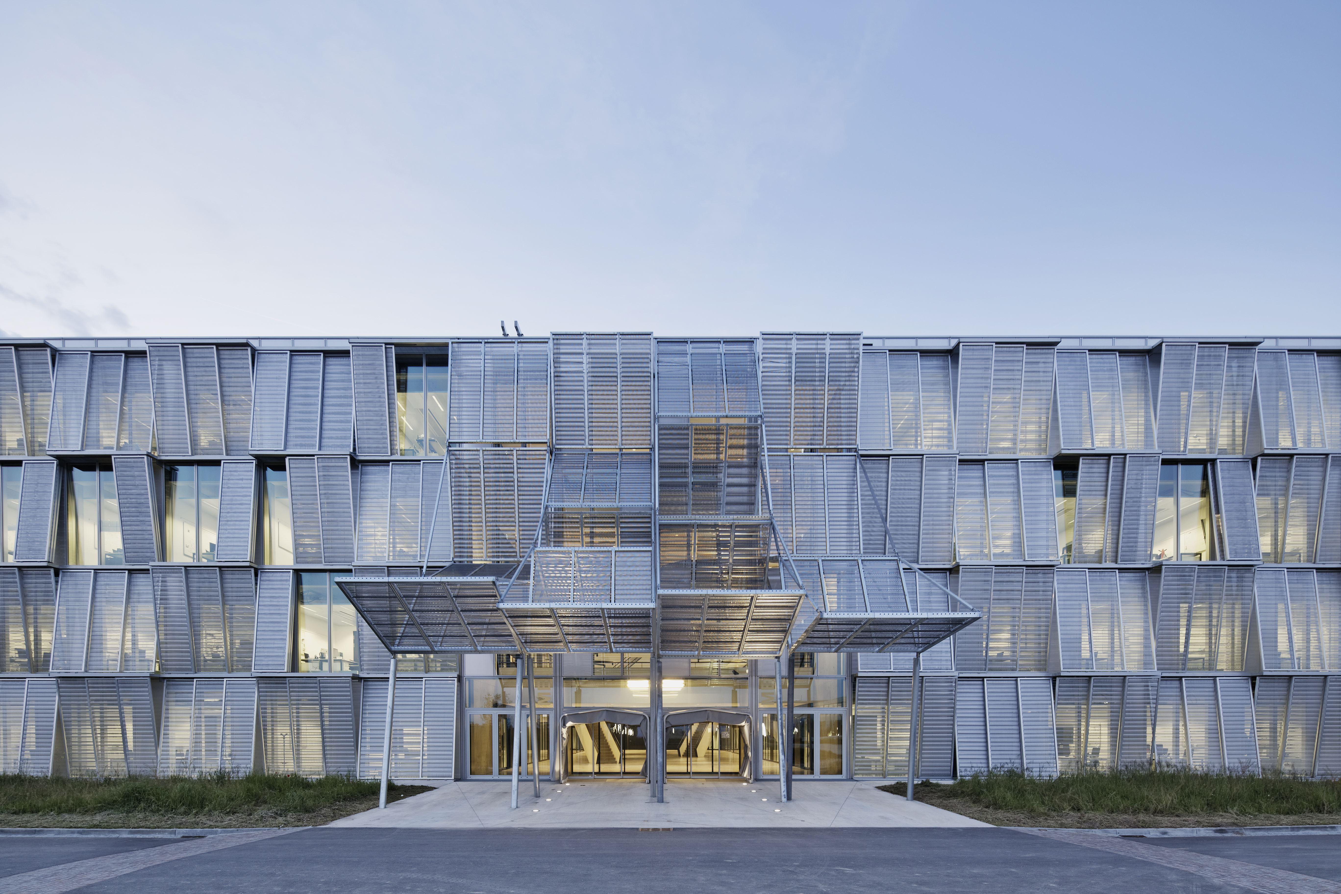 L epfl inaugure son b timent de la discorde le temps for Architecture suisse