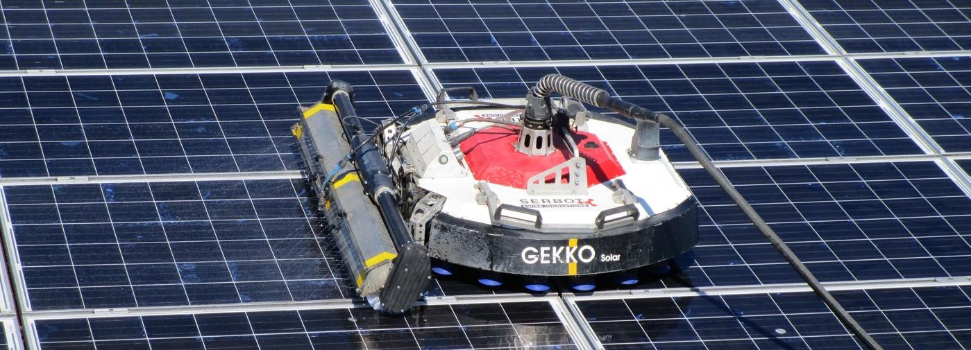 gekko le robot laveur de panneaux solaires le temps. Black Bedroom Furniture Sets. Home Design Ideas