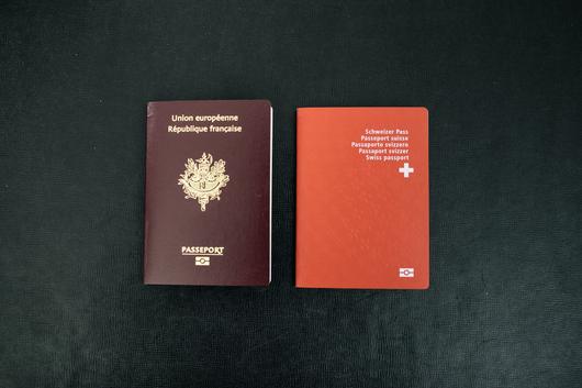 Les deux passeports du candidat, au moment de la polémique sur la double nationalité