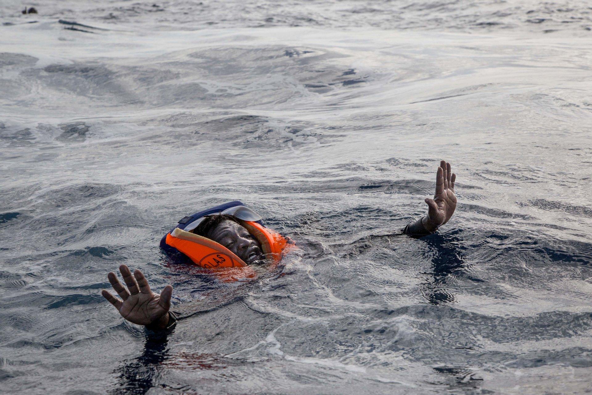 Le 6novembre 2017, l'intervention anarchique d'une vedette des gardes-côtes libyens sur le théâtre d'un sauvetage où intervenaient déjà le navire d'une ONG allemande et un hélicoptère de la Marine italienne cause la mort de cinq