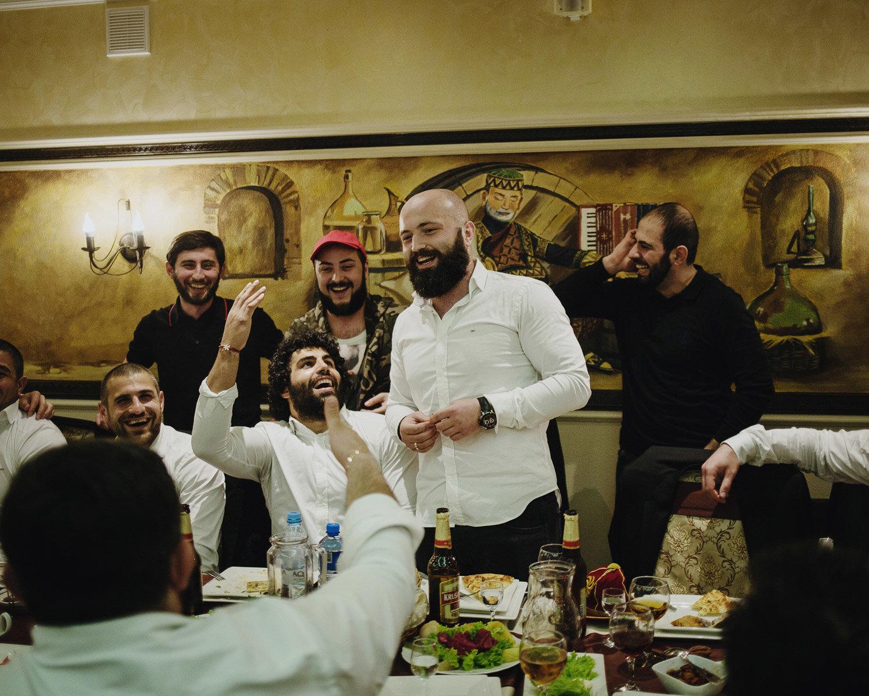 Les vainqueurs géorgiens au traditionnel banquet d'après-match. Dans les bouches, un chant patriotique: «Herio, les gars, herio! Ne contentons pas l'ennemi.»