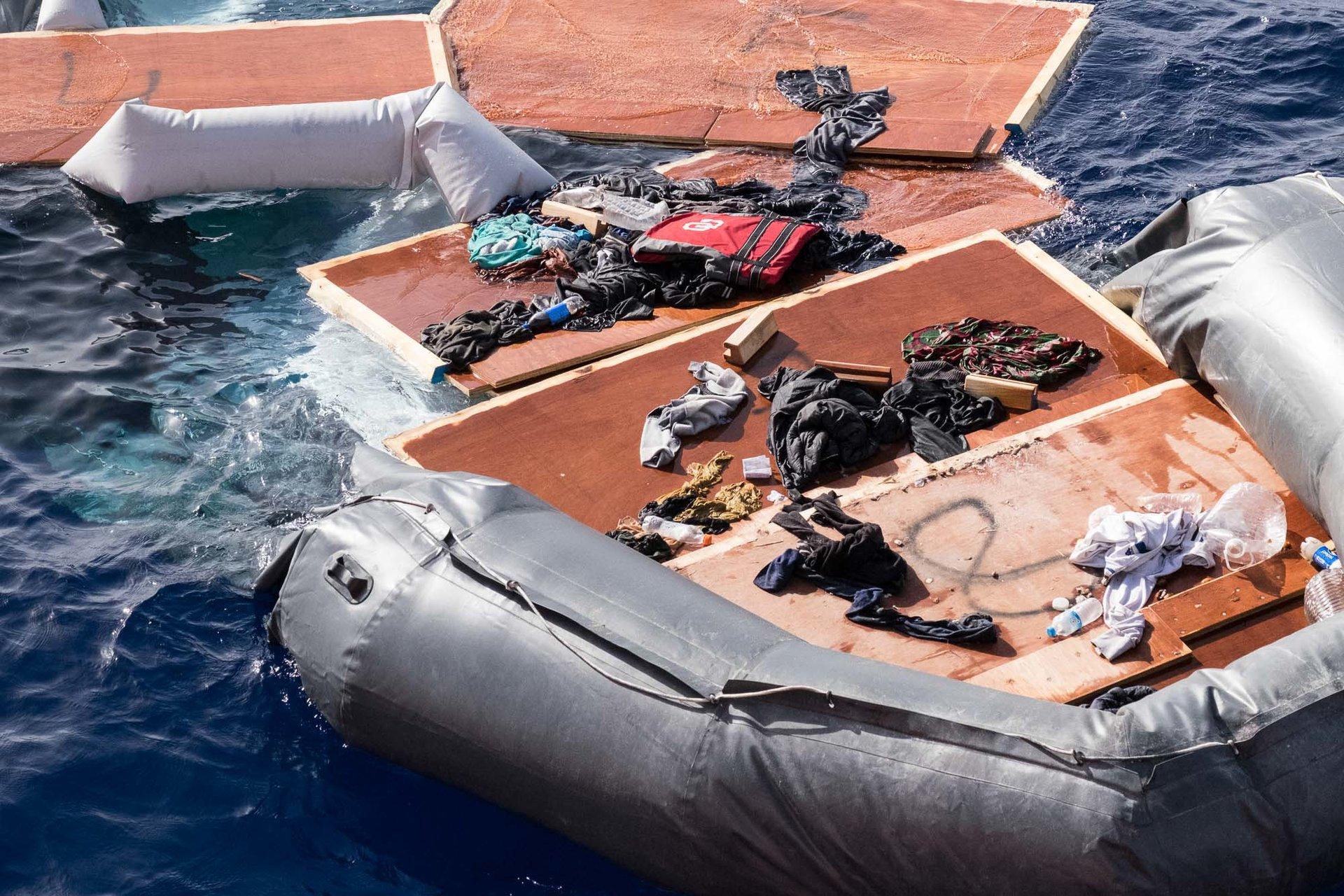 Une embarcation à la dérive. Personne ne sait ce qu'il est advenu de ses passagers. La théorie la plus plausible est celle d'une interception par les garde-côtes libyens.