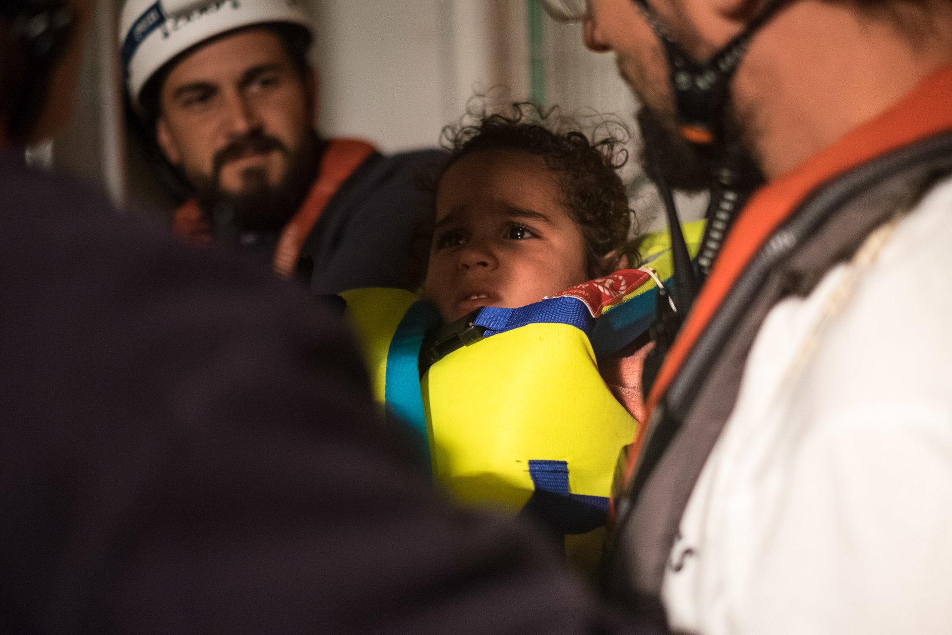 Ils sont 105, dont 34 mineurs. Femmes et enfants sont les premiers à embarquer.