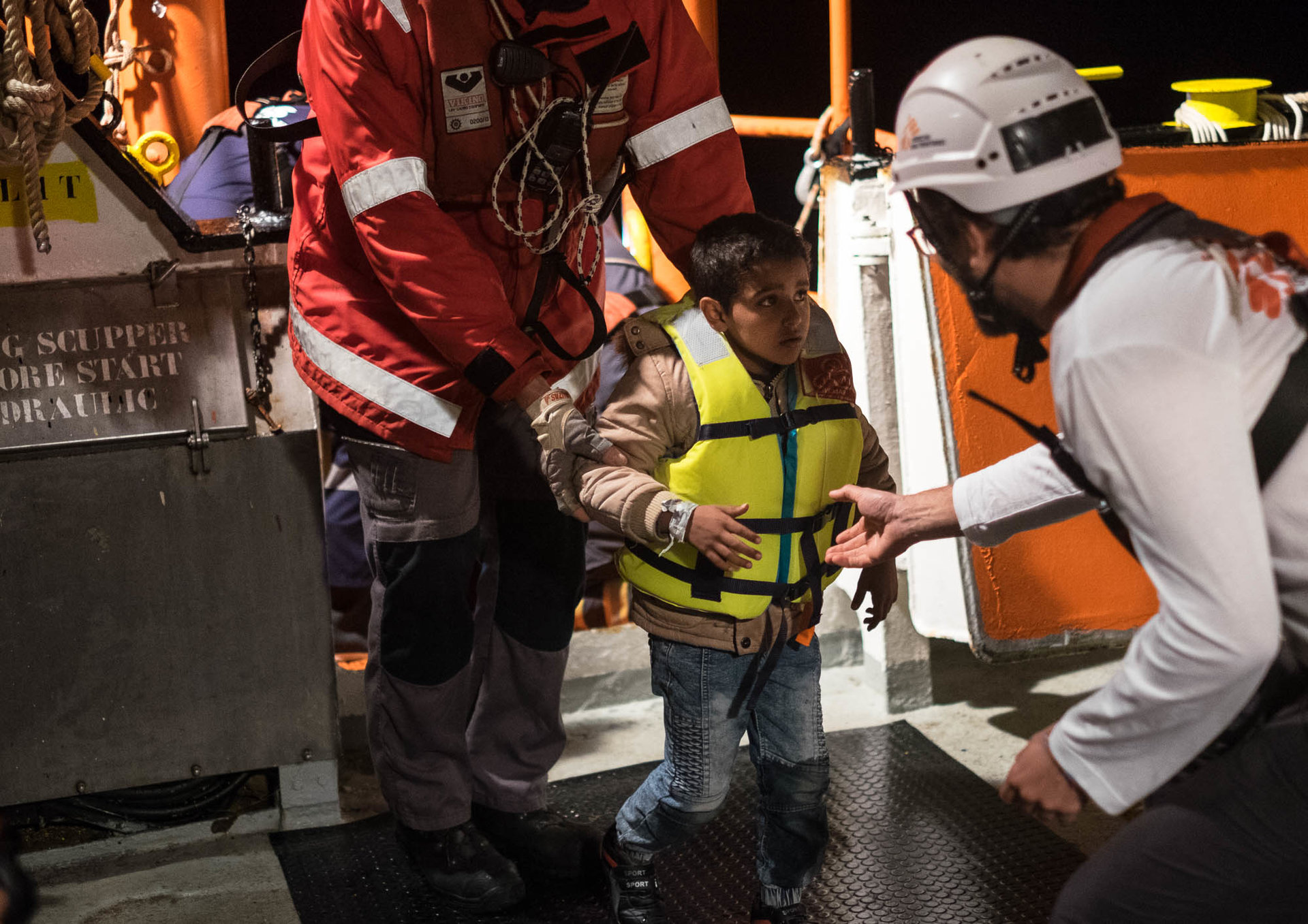 Après plus de 14 heures de négociations, le transfert sur l'Aquarius des passagers d'une embarcation pneumatique sauvés la veille par le petit voilier de l'ONG espagnole OpenArms, est autorisé.