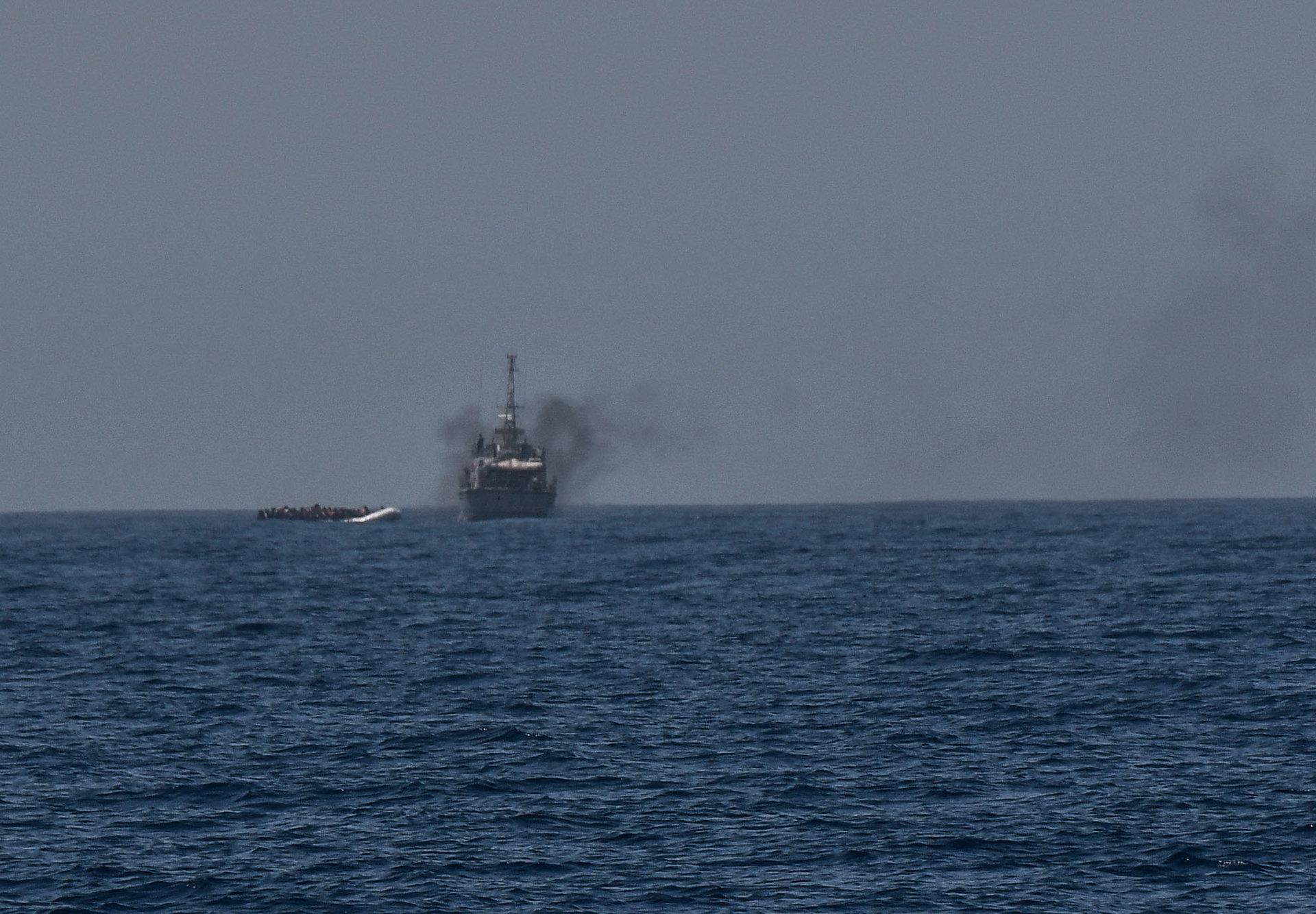 Le bateau des garde-côtes libyens vient d'intercepter une embarcation pneumatique. L'Aquarius, menacé par radio par les garde-côtes, est tenu de rester à plusieurs kilomètres de l'intervention.