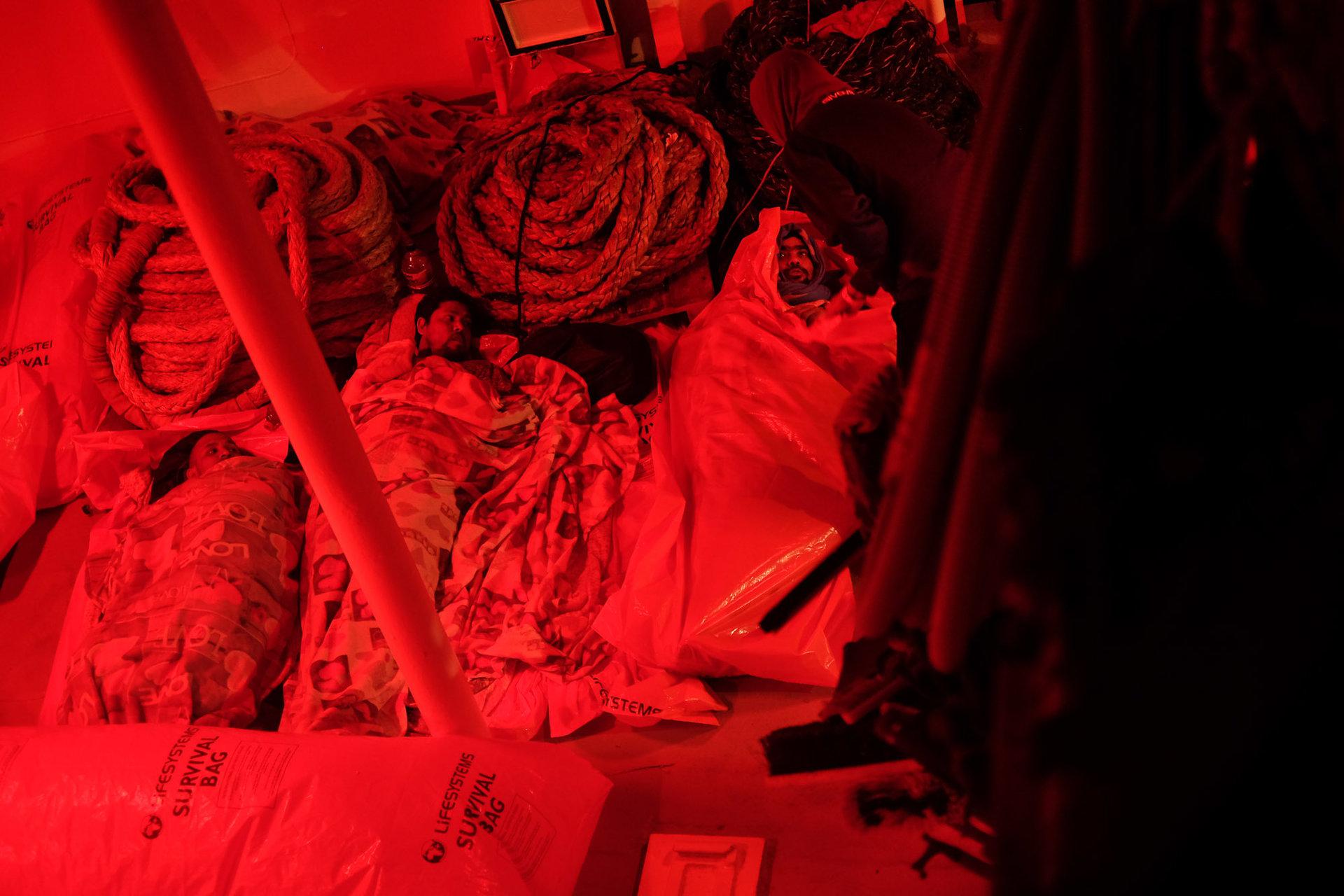 Les hommes rescapés dorment sur le pont arrière de l'Aquarius. Les femmes sont, elles, hébergées à l'intérieur du bateau dans un abri qui leur est réservé.