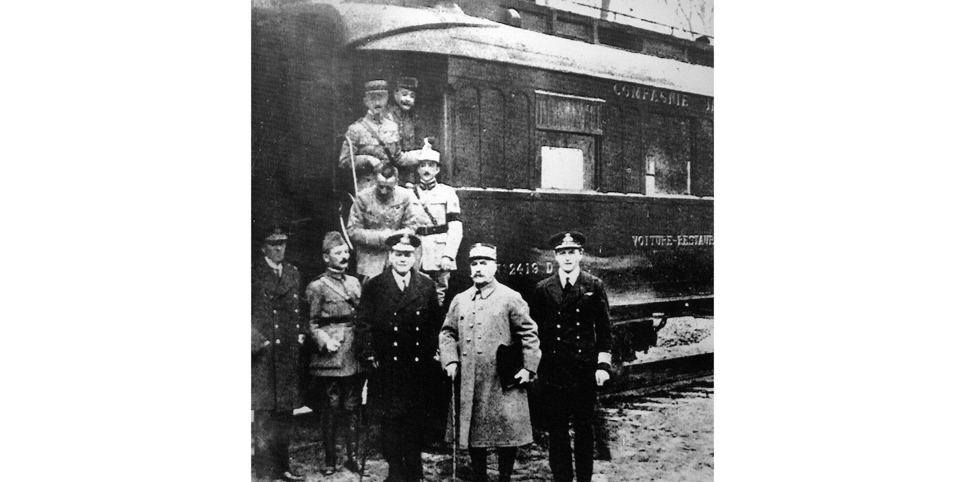 Photographie prise après la signature de l'Armistice, à la sortie du wagon, avec tous les protagonistes.