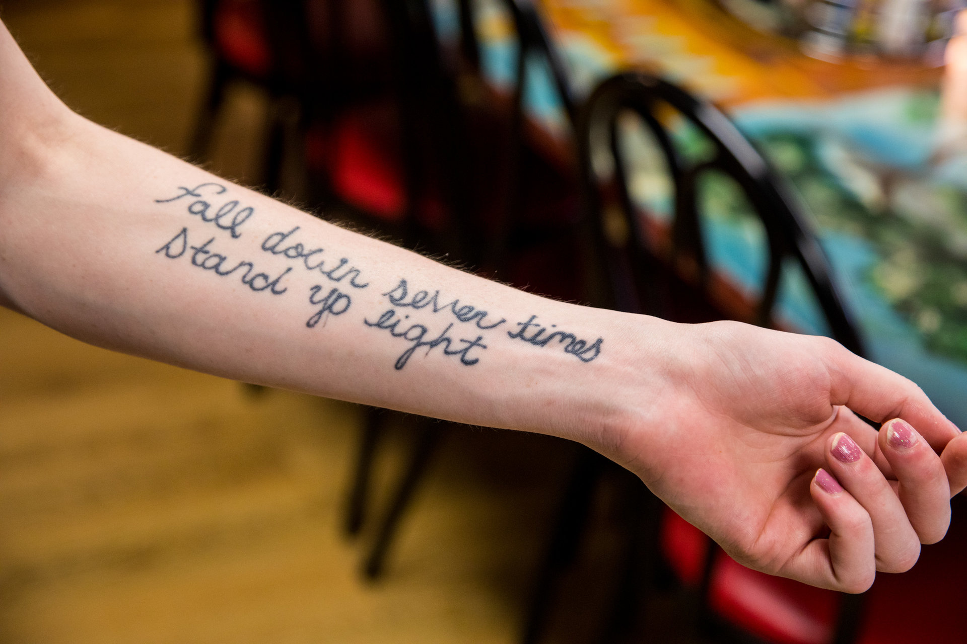 Sur son bras, un tatouage «Tomber sept fois, se relever huit».