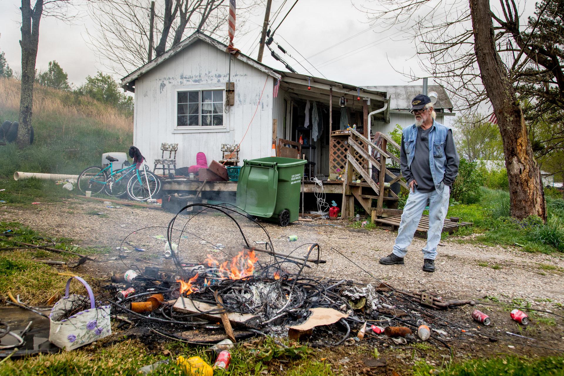 Matt Deaton, 57 ans, brûle des câbles électriques pour revendre les métaux.