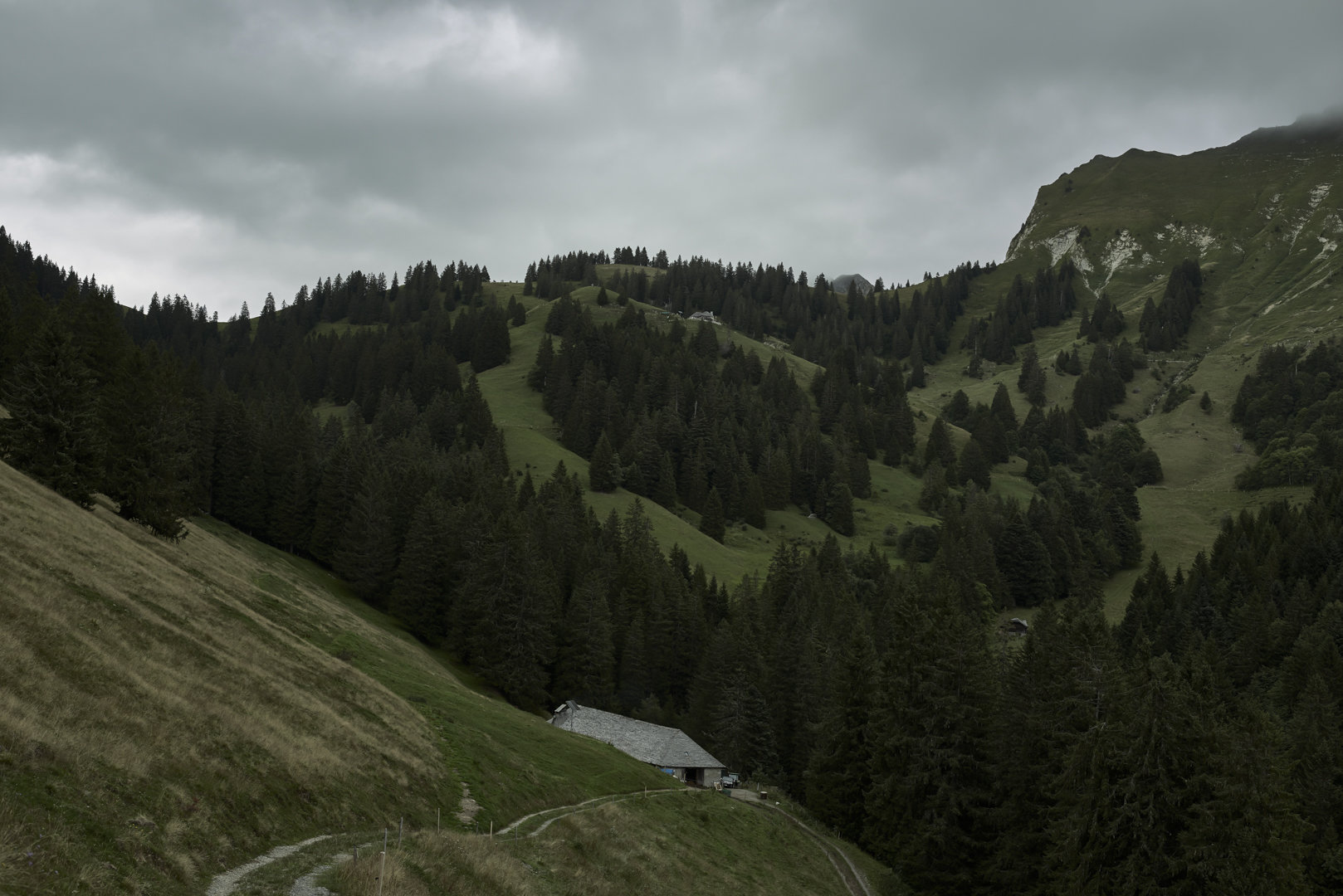 Le chalet dans l'entrelacs des vallées.